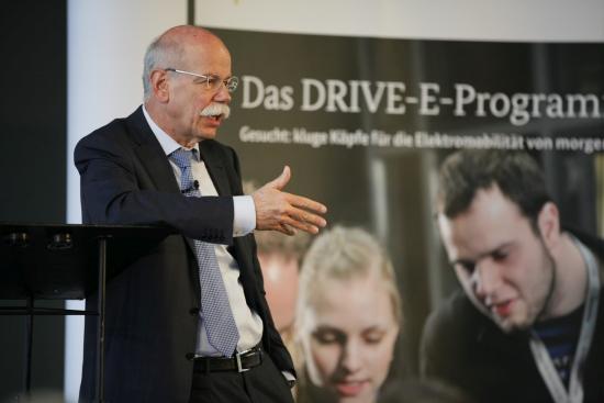 Festredner Dr. Dieter Zetsche, Daimler AG bei der Verleihung der DRIVE-E-Studienpreise (c) Stephan Rauh - BMBF