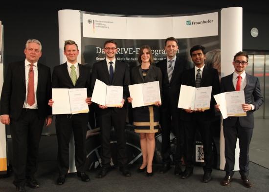 Die Preisträger der DRIVE-E Studienpreise mit Fraunhofer-Vorstand Verl und BMBF-Staatssekretär Schütte (c) Stephan Rauh - BMBF