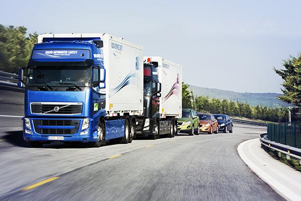 Projekt SARTRE 2009-2012: Fahrzeug-Kette mit dem Führer-Fahrzeug an der Spitze (Quelle: SARTRE)