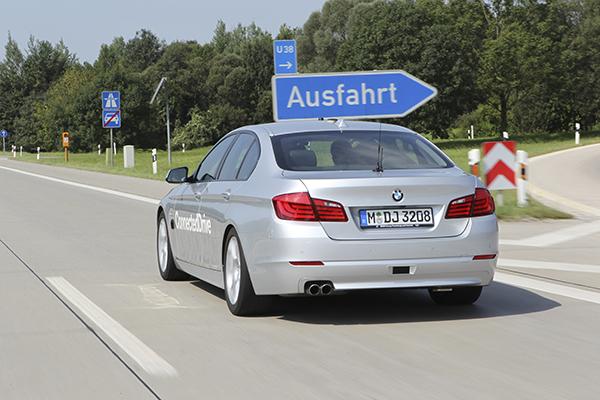 Autonomes Auto von BWM bei einer Testfahrt auf der Autobahn (Quelle: BMW)