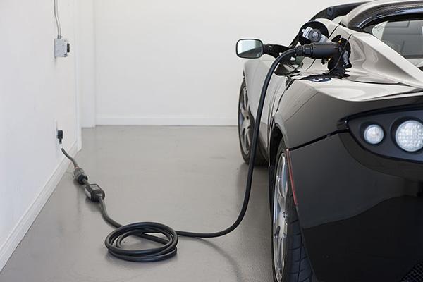 Tesla Roadster: Aufladen an der heimischen Steckdose (Quelle: Tesla)