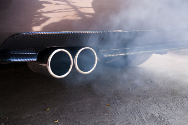 Die Höhe der Kfz-Steuer richtet sich derzeit nach den verursachten Emissionen, Elektroautos fahren zunächst steuerfrei (© istock.com/luckyraccoon)