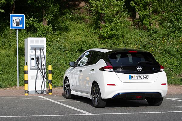 Nissan Leaf ZE1 Elektroauto Aufladen