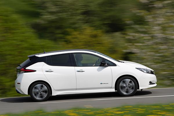 Nissan Leaf ZE1 Elektroauto Seitenansicht
